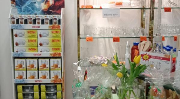 Podnikové prodejny se sklem jsou otevřené.