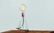 Erlenmeyer Lamp ve variantě s měděnou monturou
